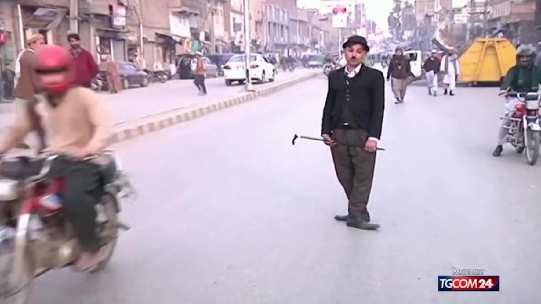 locharlot-che-porta-sorrisi-in-pakistan