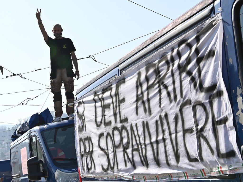 """da-milano-a-napoli-scoppia-la-protesta-degli-ambulanti-contro-le-chiusure:-""""siamo-invisibili,-nemici-sociali"""""""