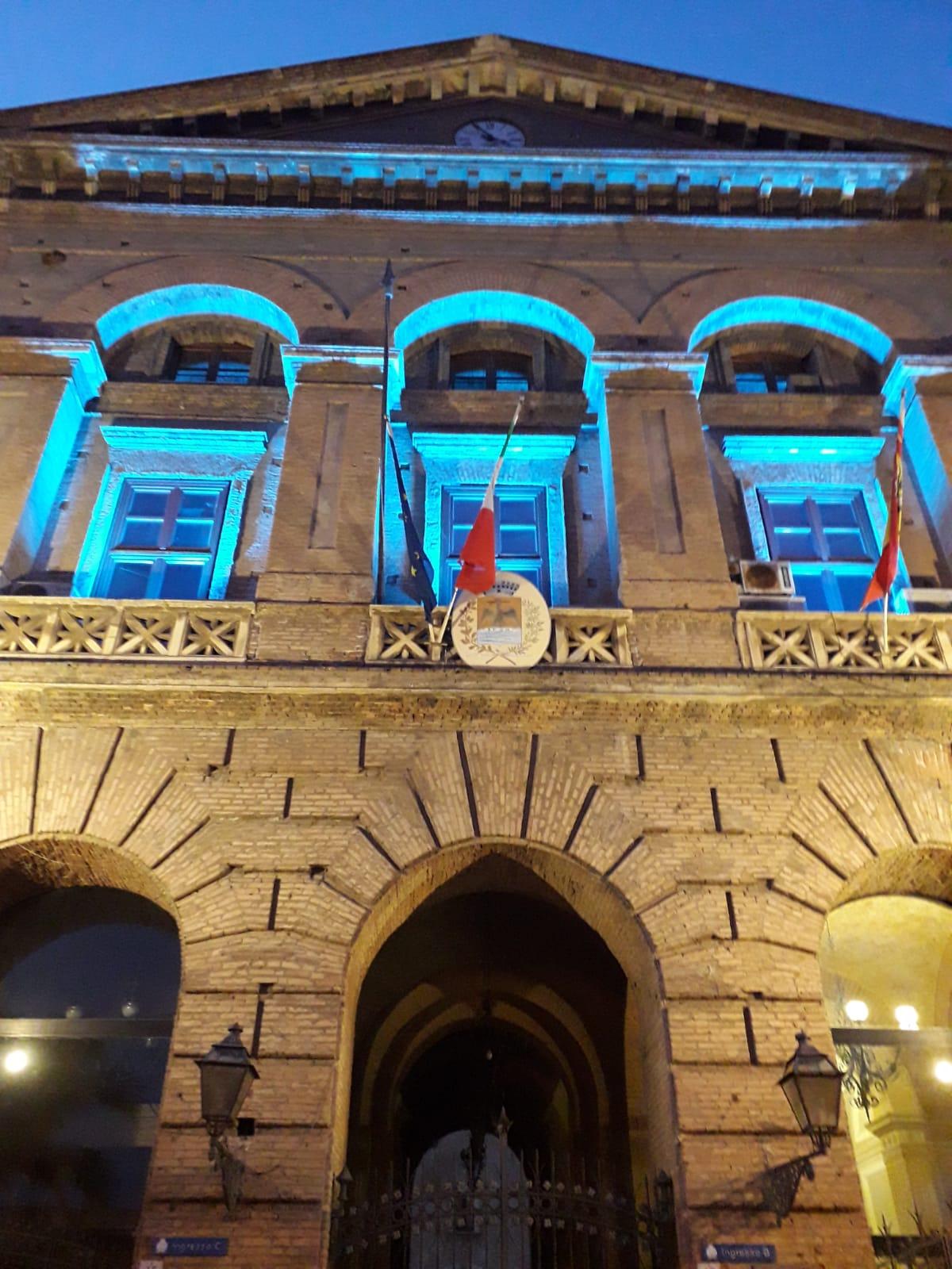giornata-internazionale-dello-sport,-palazzo-municipale-di-milazzo-illuminato-di-blu