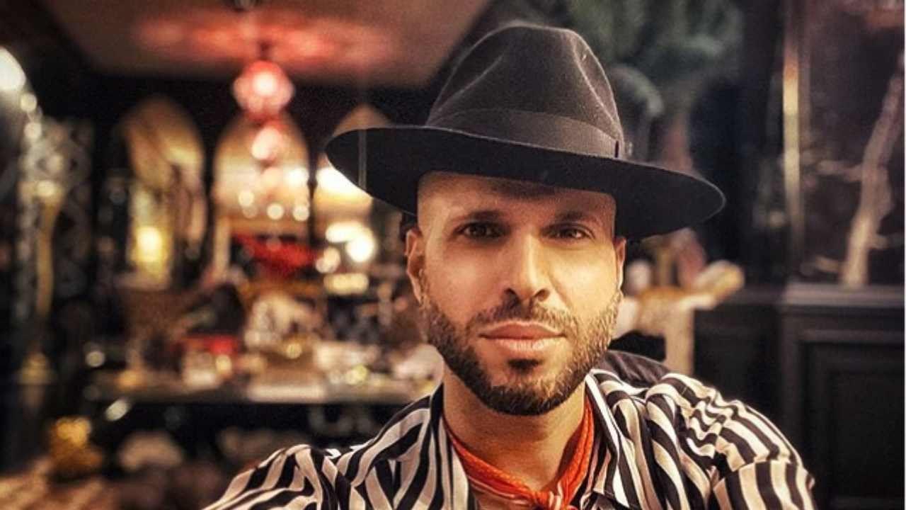 Jonathan Kashanian vuota il sacco: ecco perché indossa sempre un cappello -  City Roma News