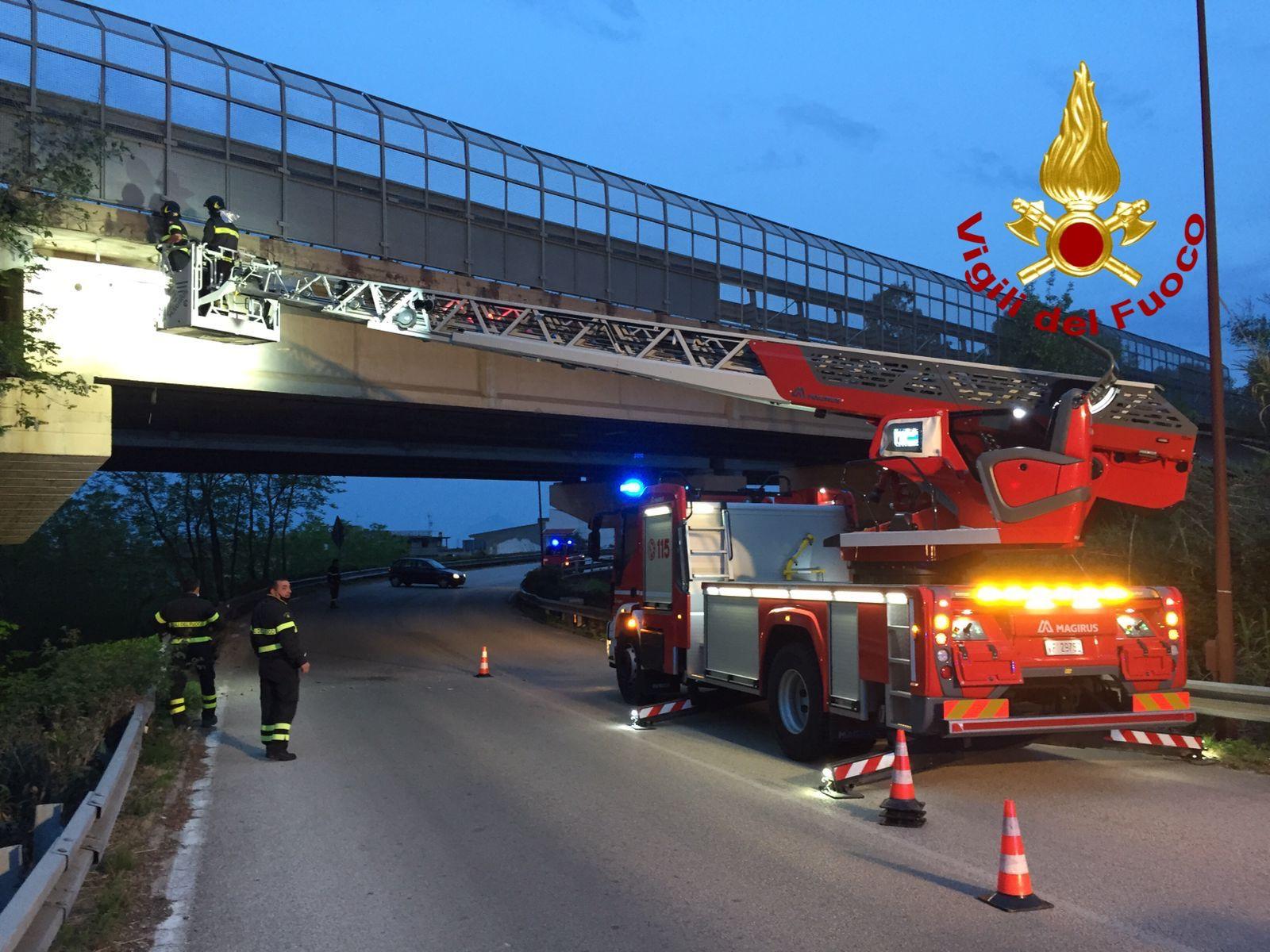 Messina, intonaci pericolanti su viadotto nei pressi dello svincolo A20 di Brolo: intervengono i Vigili del Fuoco per la messa in sicurezza