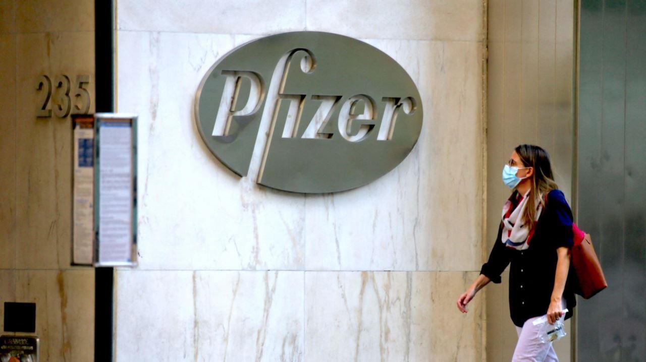 """Pfizer, svelato contratto: """"Dosi a prezzi alti, no responsabilità su danni"""""""