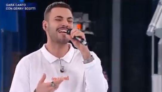 """La Calabria ad Amici 20: il lametino Raffaele Renda e il nuovo inedito """"Focu meu"""": testo e significato del brano [VIDEO]"""
