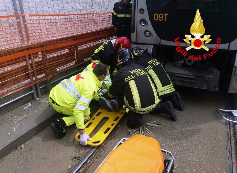 grave-incidente-a-messina:-finisce-sotto-un-tram,-uomo-salvato-dai-vigili-del-fuoco-[foto]