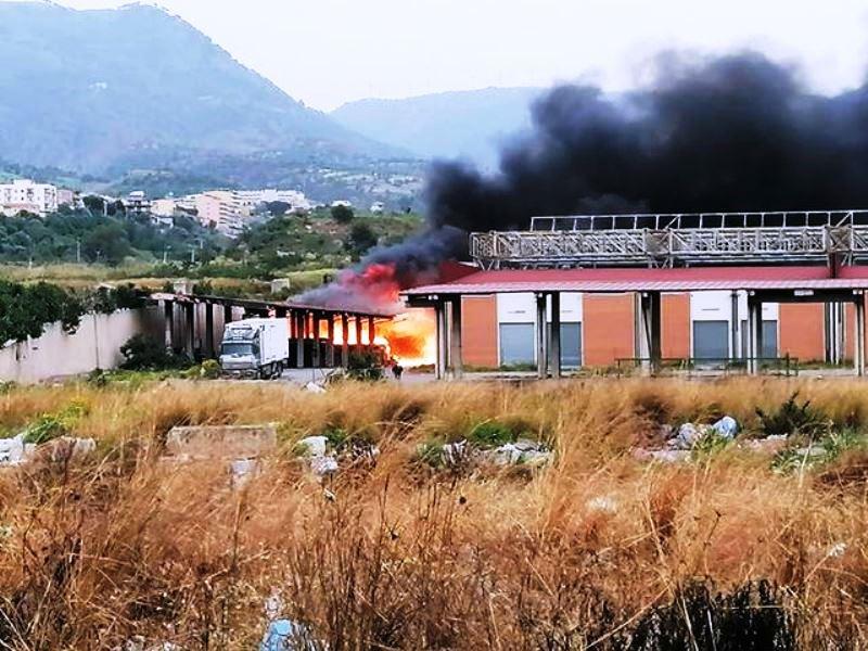 reggio-calabria:-in-fiamme-i-mercati-generali-di-san-gregorio,-sul-posto-i-vigili-del-fuoco-[foto-e-video-live]
