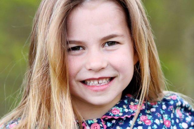 la-principessa-charlotte-compie-6-anni,-a-scattare-la-foto-scelta-dai-reali-e-mamma-kate-middleton