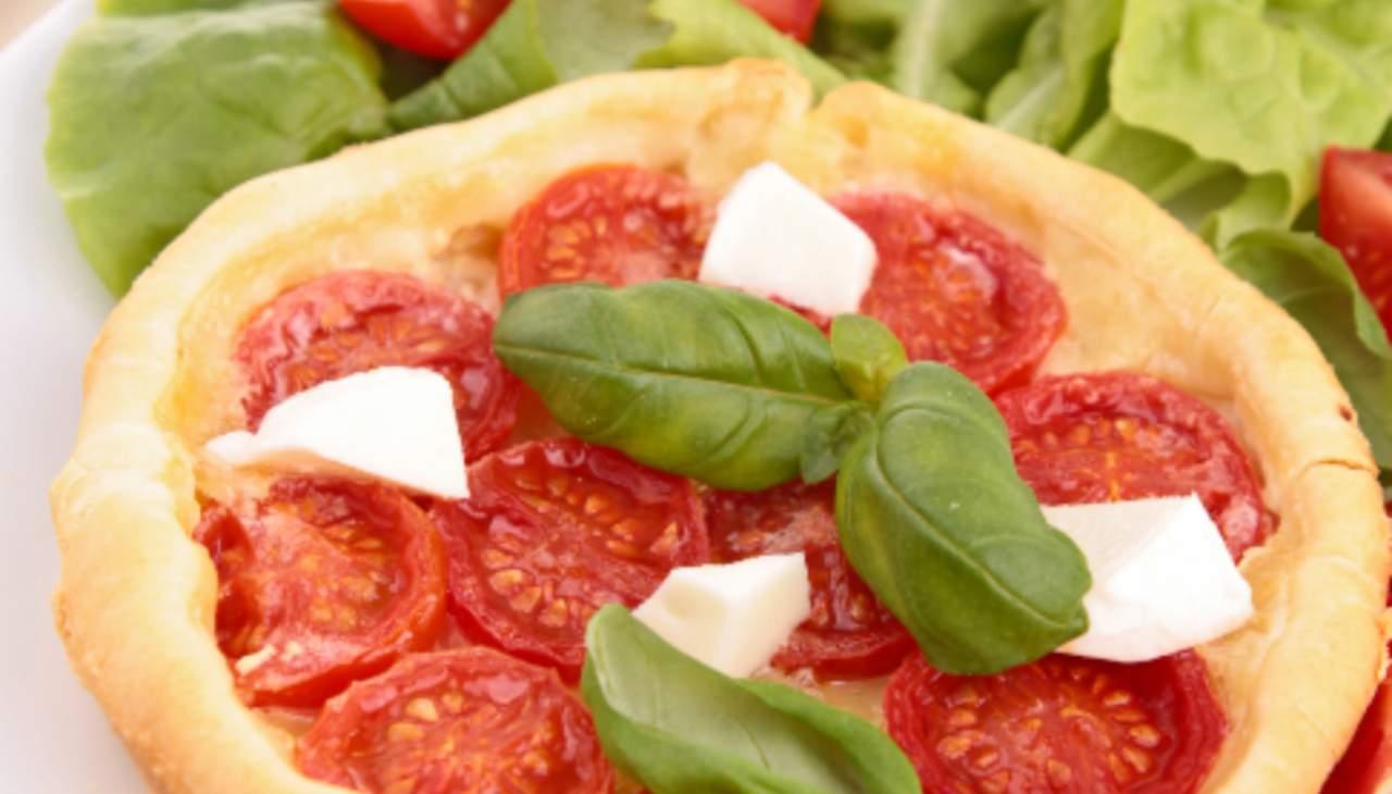crostata-morbida-salata-con-crema-al-tonno-verdure-e-mozzarella-|-unica