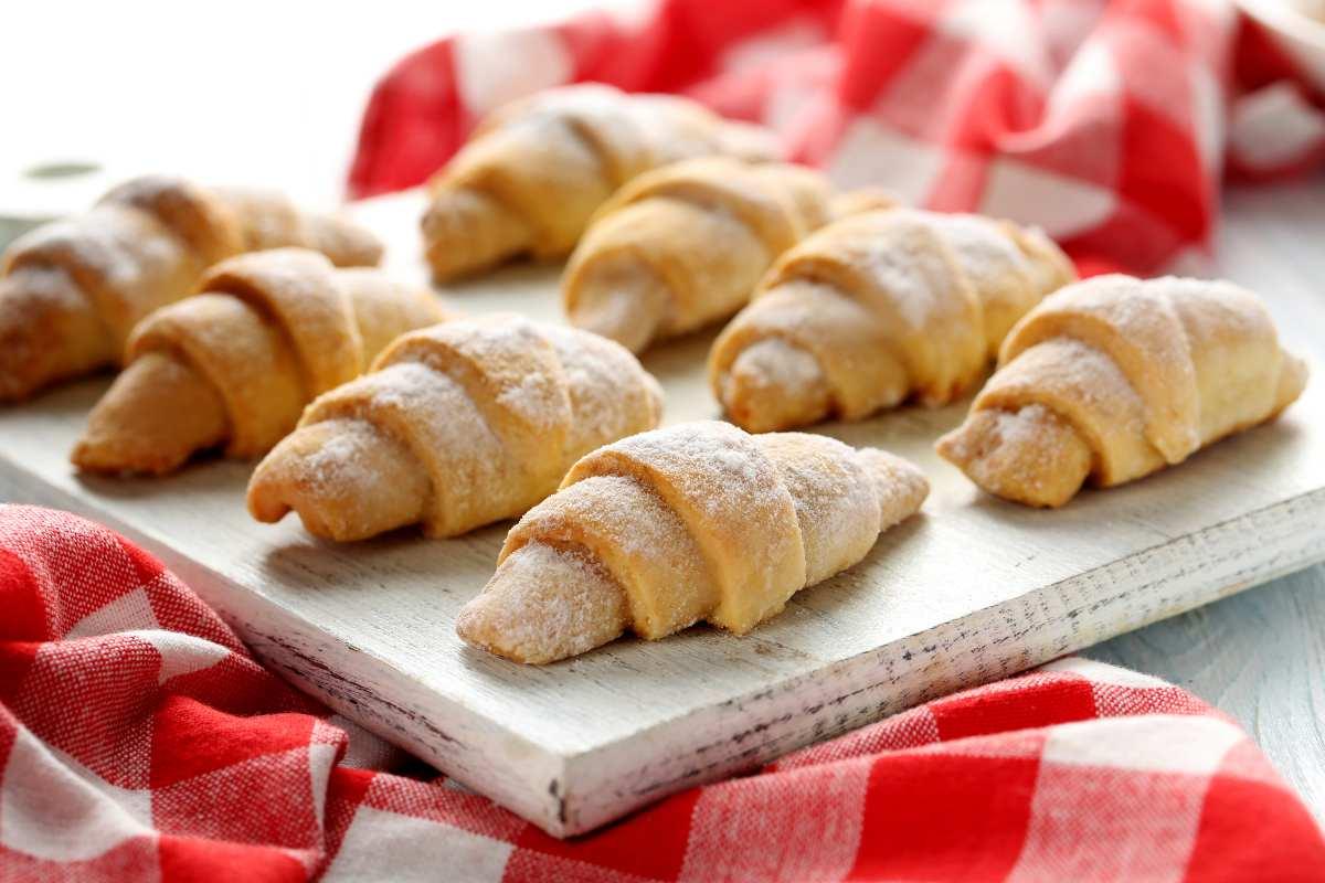 la-colazione-veloce-e-pronta-con-soli-2-ingredienti,-scopri-come-servire-i-cornetti-farciti