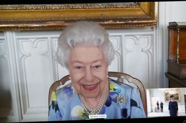 la-nuova-spilla-della-regina-elisabetta-e-una-dedica-d'amore-al-principe-filippo