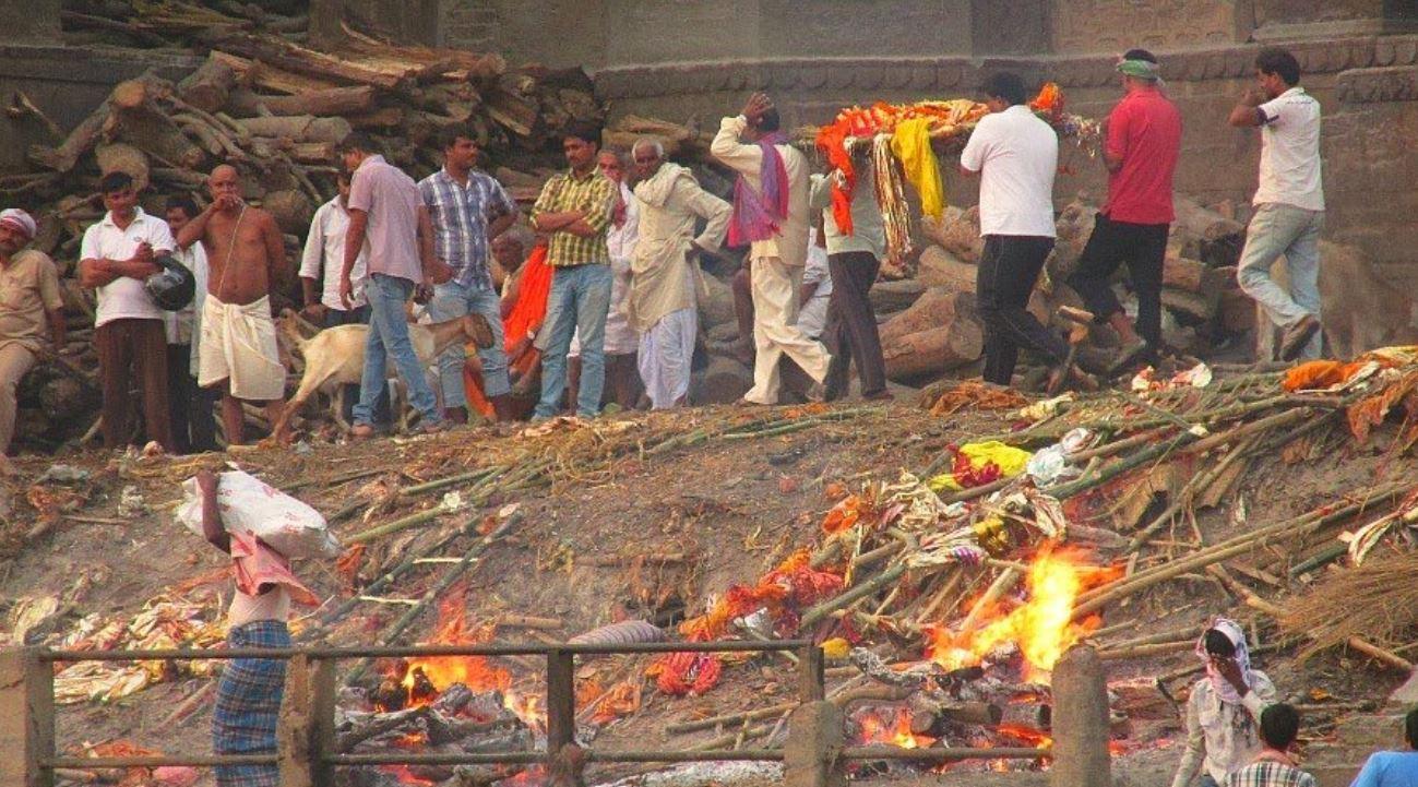 le-cremazioni-dei-corpi-in-india-sono-parte-della-quotidianita,-sulle-rive-del-gange-vengono-cremati-centinaia-di-corpi-a-pieno-regime-notte-e-giorno.