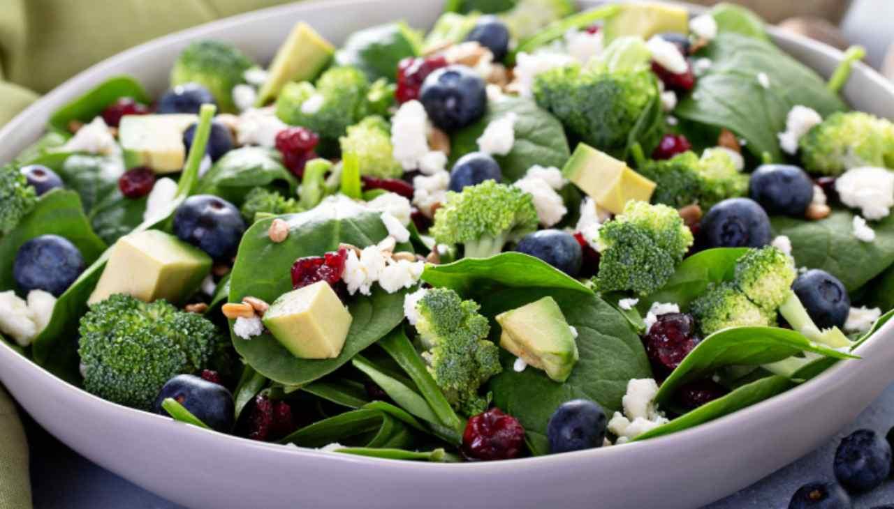 insalata-di-rucola-con-avocado-feta-e-mirtilli-freschi- -preziosa-per-la-salute
