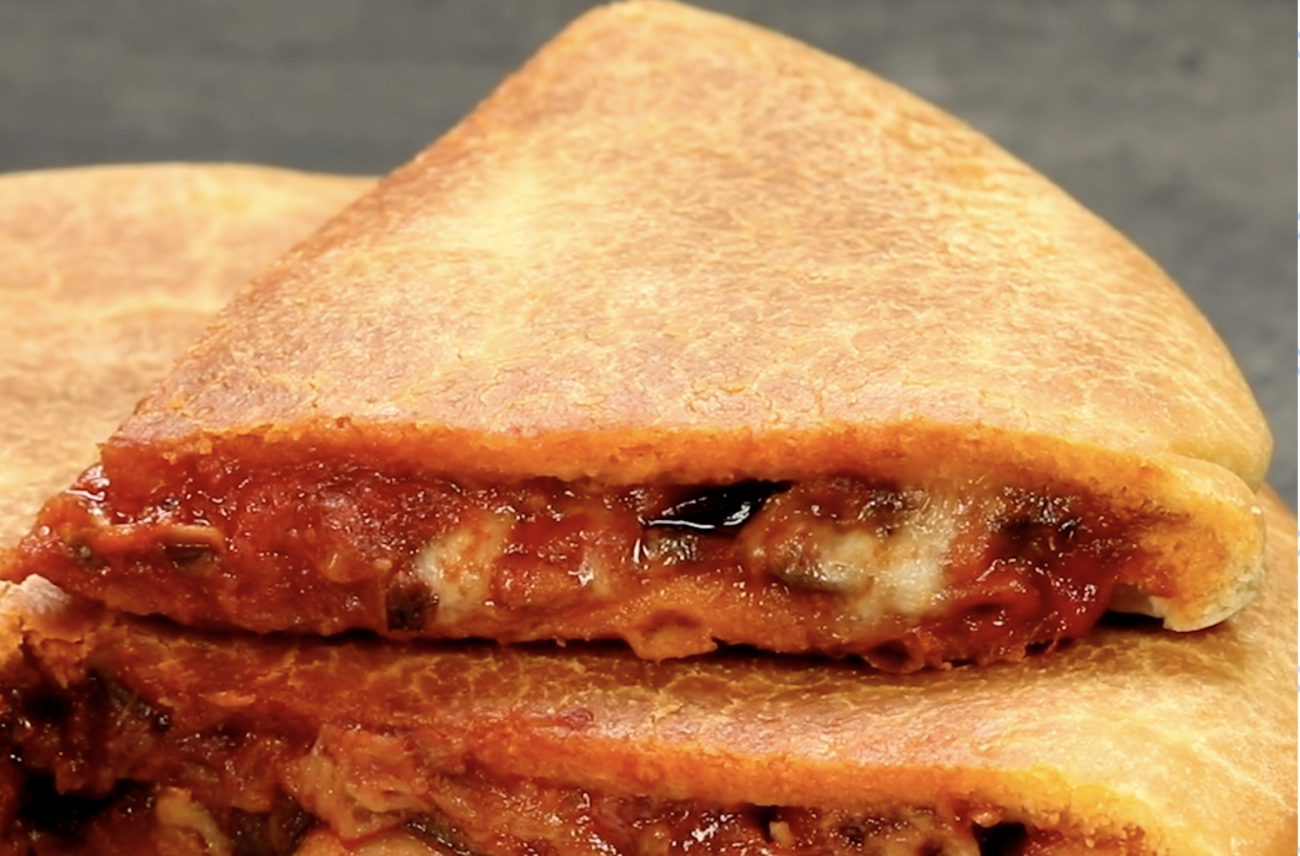 focaccia-in-padella-alla-parmigiana,-la-ricetta-veloce-senza-lievitazione-e-gustosissima