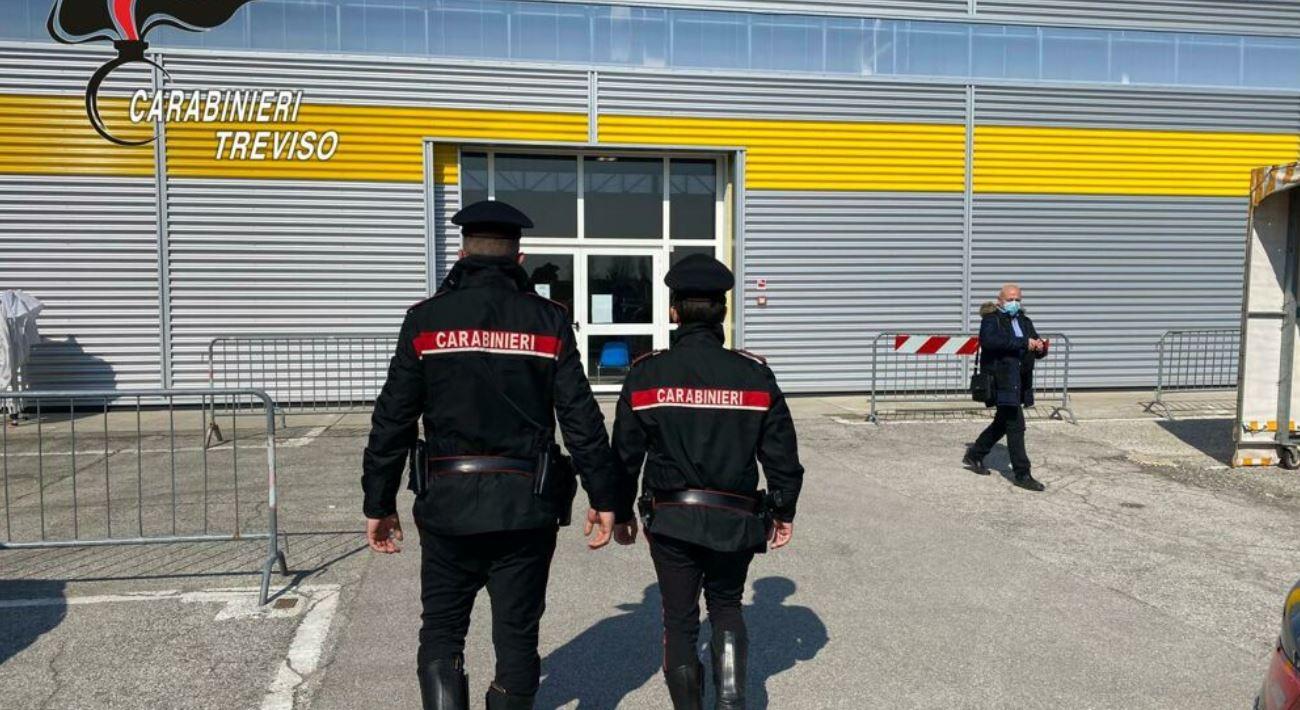 Fa la puntura ad un carabiniere senza iniettare il vaccino anti Covid, infermiera indagata