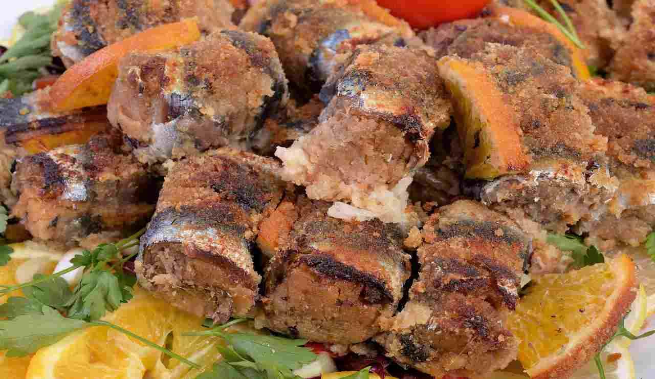 Involtini di alici panate con gamberetti patate e olive nere | agli agrumi
