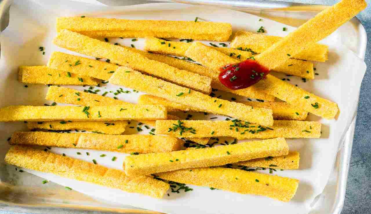 Bastoncini di polenta al rosmarino | buonissimi uno tira l'altro