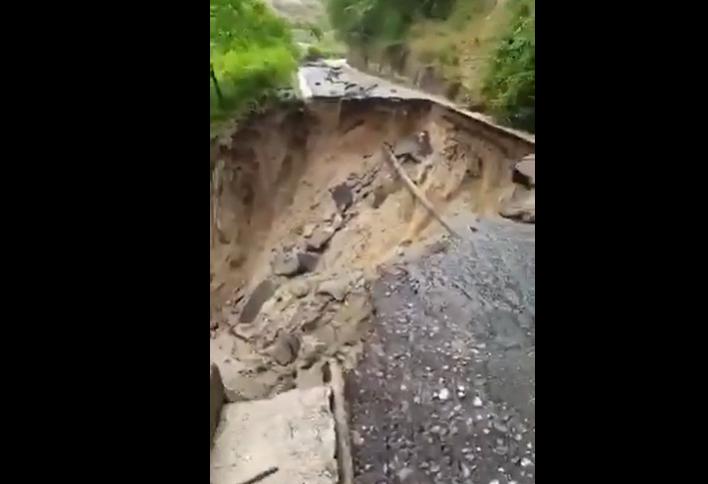 """maltempo,-disastrosa-alluvione-lampo-a-melia-di-scilla:-la-furia-dell'acqua-""""cancella""""-la-strada-delle-grotte-di-tremusa-[video]"""