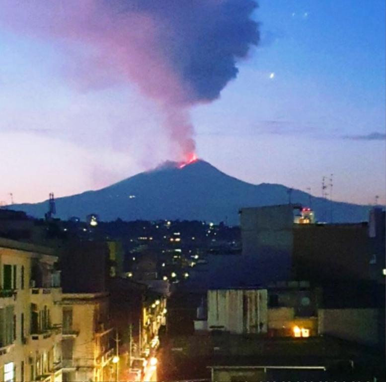 Spettacolo nella notte: si intensifica l'eruzione dell'Etna [GALLERY]