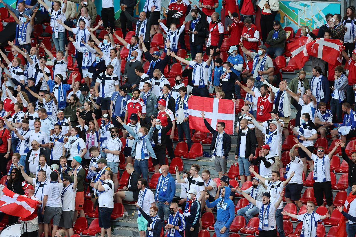 """I finlandesi urlano """"Christian"""", i danesi rispondono """"Eriksen"""": tutto lo stadio in piedi, il gran messaggio al centrocampista [VIDEO]"""