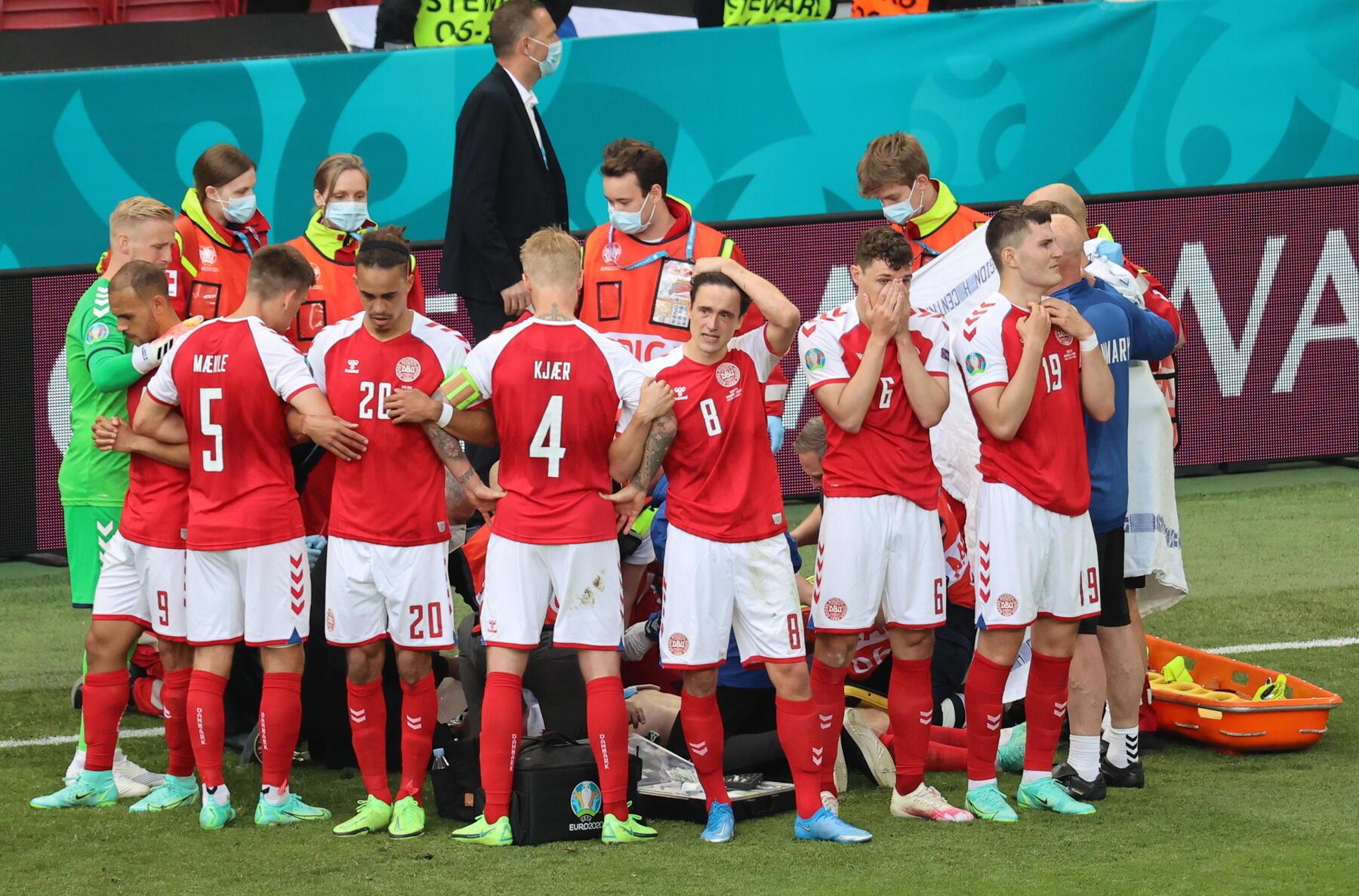 Malore per Eriksen, lo scudo dei calciatori della Danimarca: lacrime, preghiere a protezione del compagno [GALLERY]