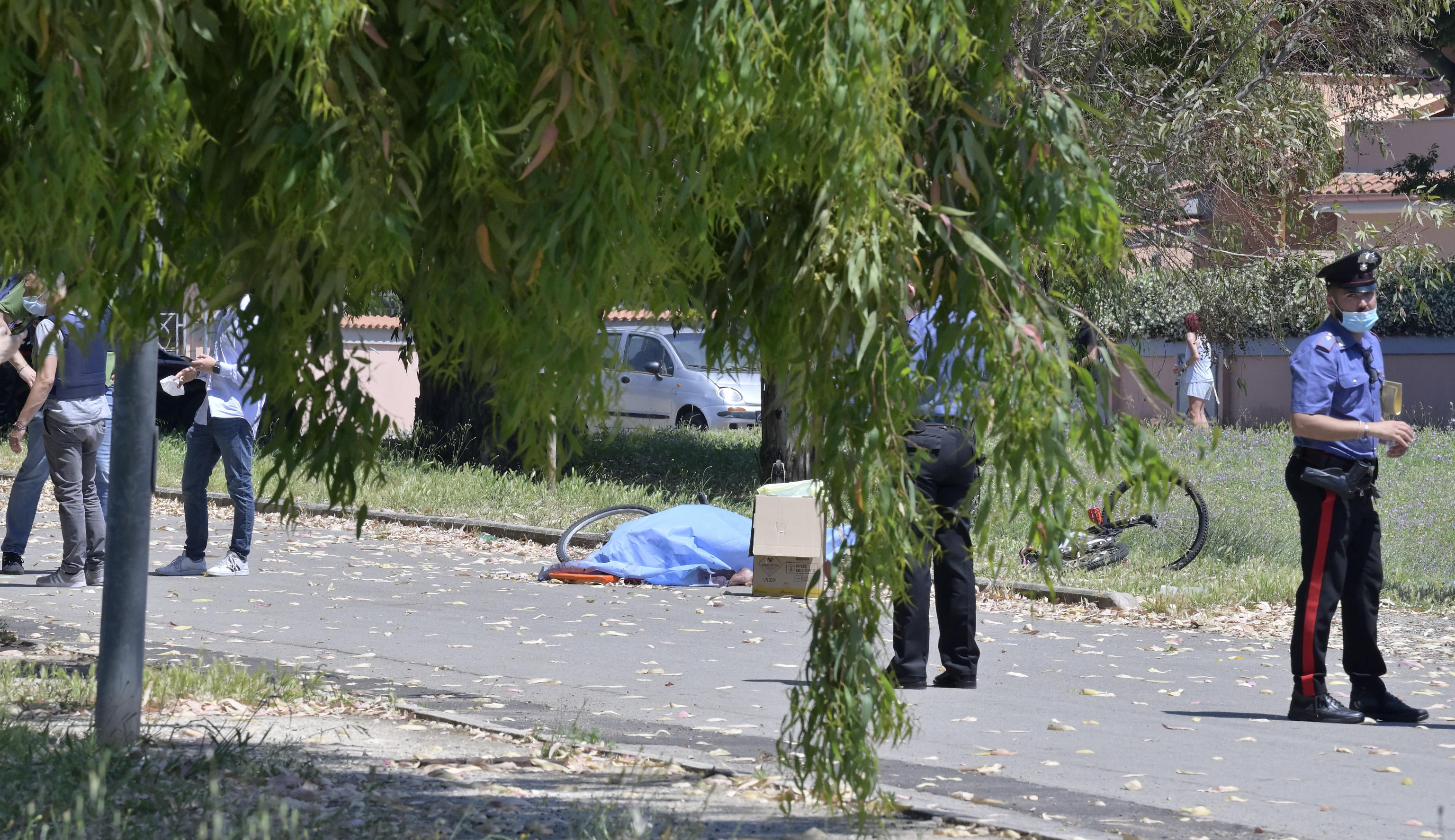 Strage vicino Roma: spari in strada, morti un anziano e due bimbi. Uomo barricato in casa [LIVE]