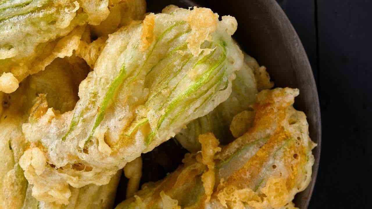 Soli 15 minuti per fiori di zucca fritti alla perfezione: la farcia stupirà