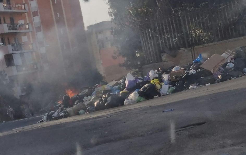 Reggio Calabria, ennesimo rogo a Ciccarello: montagna di rifiuti incendiati [LIVE]