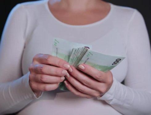 Meno di 800 euro al mese e orario spezzato: contratto OSS fa indignare gli Operatori Socio Sanitari.