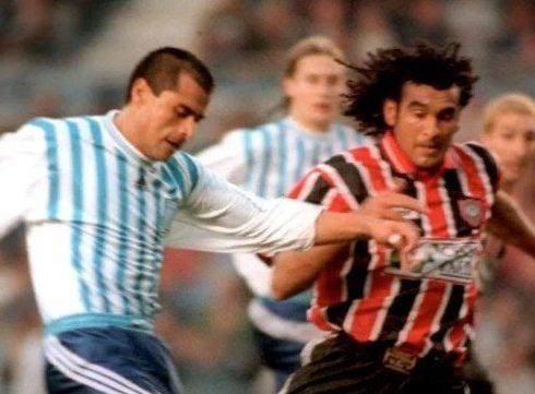 L'ex calciatore uruguaiano di 48, Robert Lima, : si vaccina, poco dopo muore in campo per un infarto.