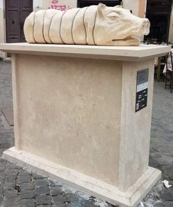 La statua della porchetta, la celebrazione del rituale tutto romano della magnata