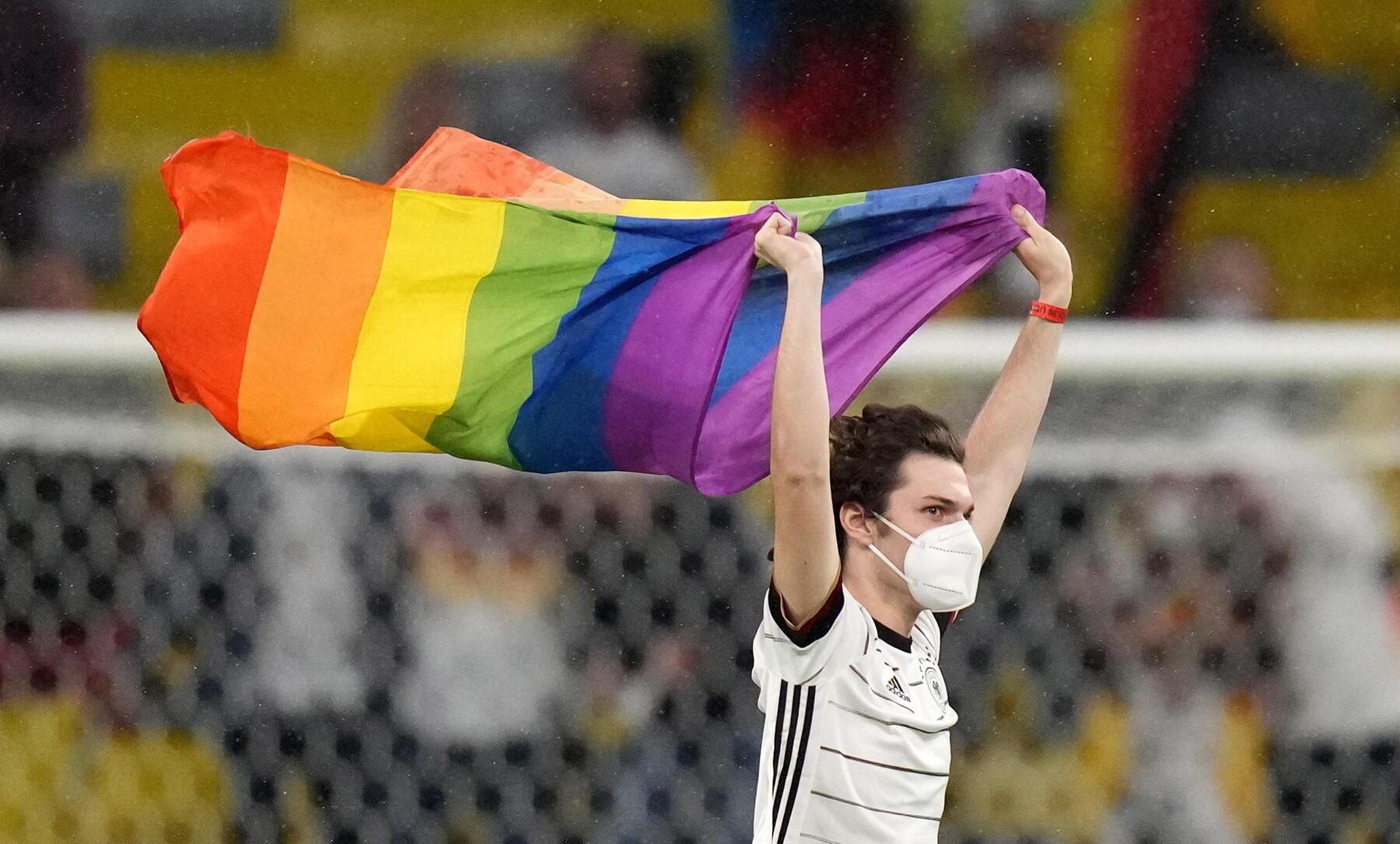 Invasione di campo durante Germania Ungheria: attivista LGBT sventola una bandiera arcobaleno