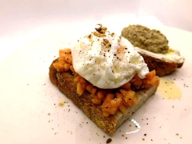crostino-con-uovo-in-camicia:-un-gustoso-pranzo-al-volo