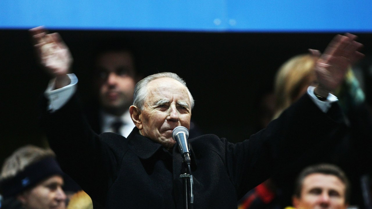 cerimonia-di-inaugurazione-in-onore-dell'ex-politico:-la-gaffe-sulla-targa-e-imbarazzante