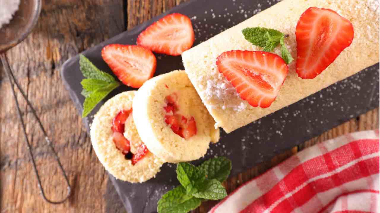 rotolo-di-pan-di-spagna-morbido-con-cioccolato,-panna-e-fragole:-il-dessert-in-soli-15-minuti