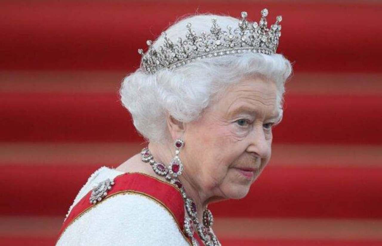 royal-family,-la-regina-elisabetta-non-trova-pace:-il-'segreto'-spunta-fuori-solo-ora