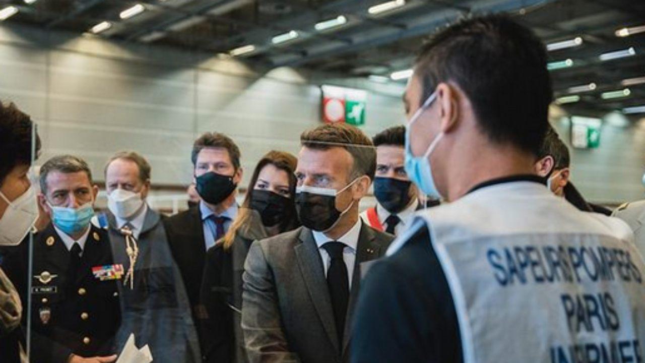 macron,-il-presidente-francese-aggredito-davanti-a-tutti:-schiaffeggiato-e-ripreso-–-video