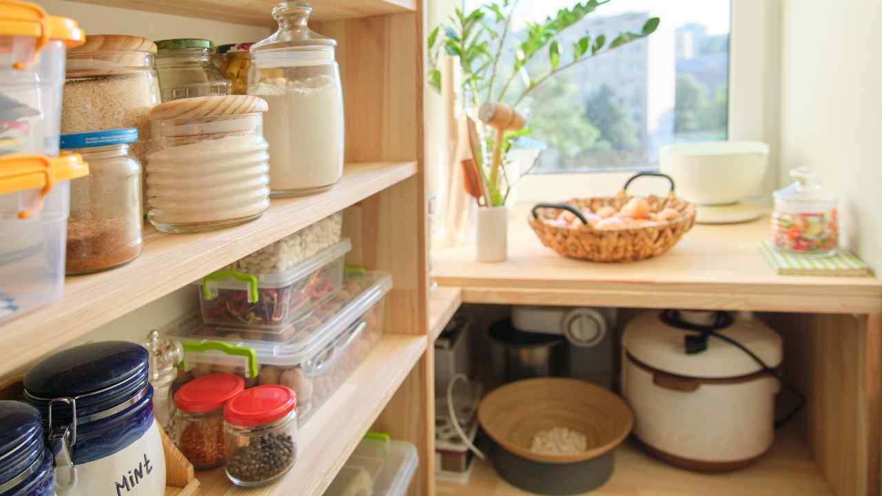 con-queste-piccole-astuzie-riuscirai-ad-organizzare-subito-la-dispensa-in-cucina