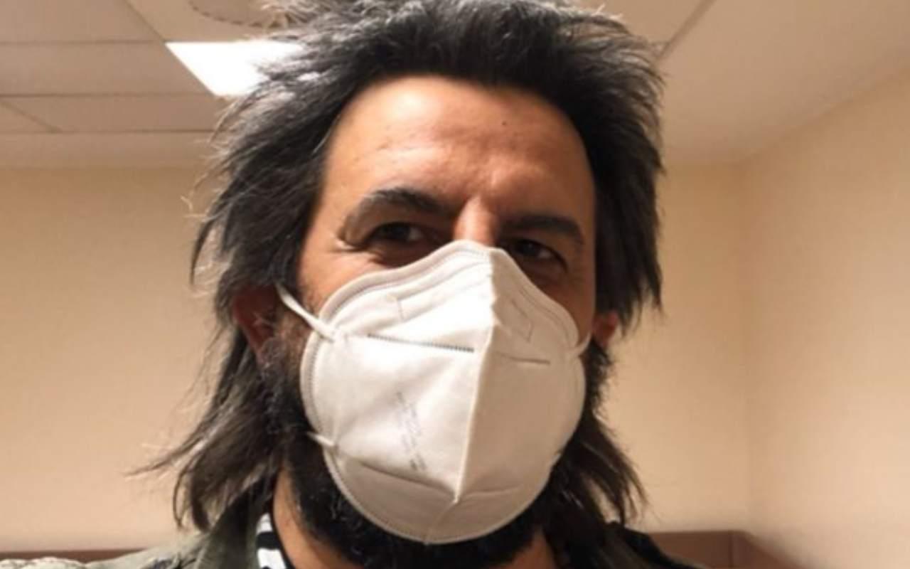 il-noto-cantante-ricoverato-in-ospedale:-dovra-subire-un-intervento