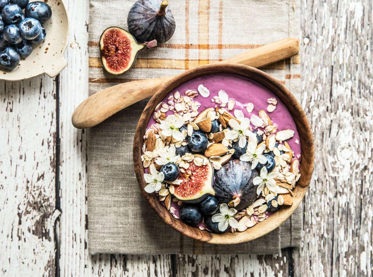 smoothie-bowl-viola-allo-yogurt-greco-con-mirtilli,-fichi-e-mandorle