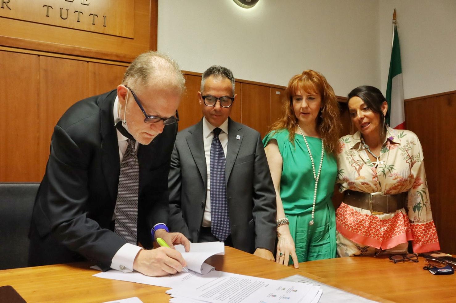 Reggio Calabria, niente più reddito di cittadinanza e indennità a chi non manda i bambini a scuola: il nobile protocollo per un futuro migliore