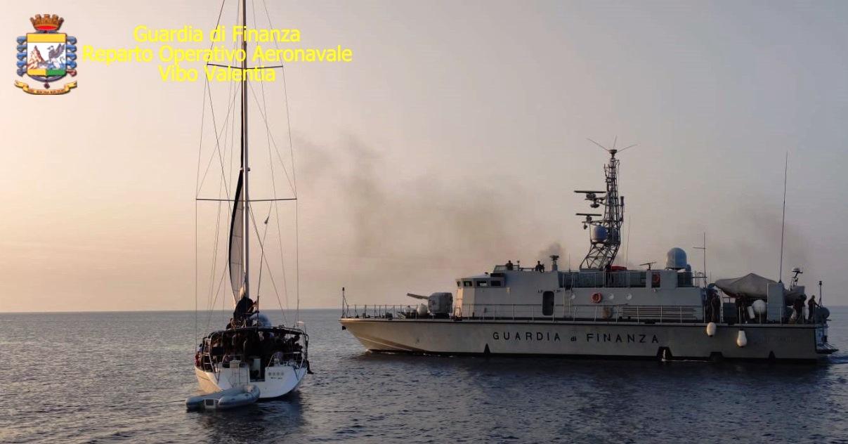 Reggio Calabria, ennesimo barcone carico di migranti sulla Jonica: è partito dalla Turchia con a bordo 95 iracheni, iraniani e siriani, alla guida c'erano 2 ucraini [FOTO E DETTAGLI]