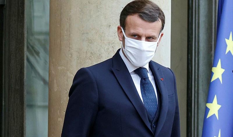Hackerato e postato online il green pass di Macron. Risultano incongruenze sulla somministrazione del vaccino