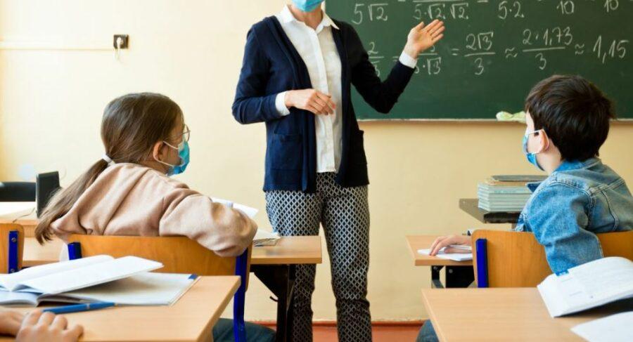 """Tampone scade durante la lezione, maestra allontanata davanti agli alunni: """"Trattata da appestata"""""""