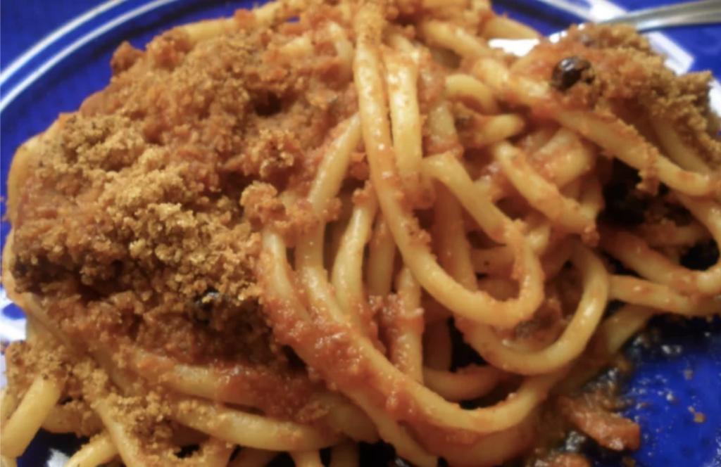 pasta-n'caciova-e-muddica,-piatto-della-tradizione-siciliana,-pochi-ingredienti-per-una-esplosione-di-gusto.-come-si-fa