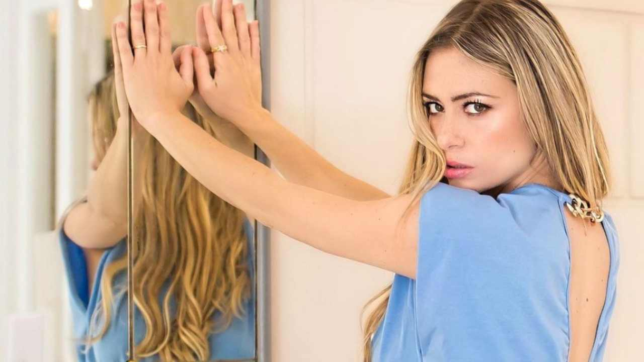 """Martina Stella una favola con il pancione: """"Sto iniziando a farlo"""""""