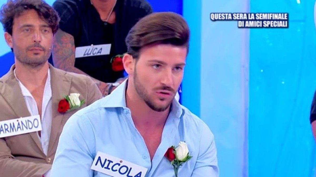 """Uomini e Donne, Scoperta la verità su Nicola Vivarelli """"E' stato fatto fuori. Ecco perché"""" Cosa ha combinato dietro le quinte"""