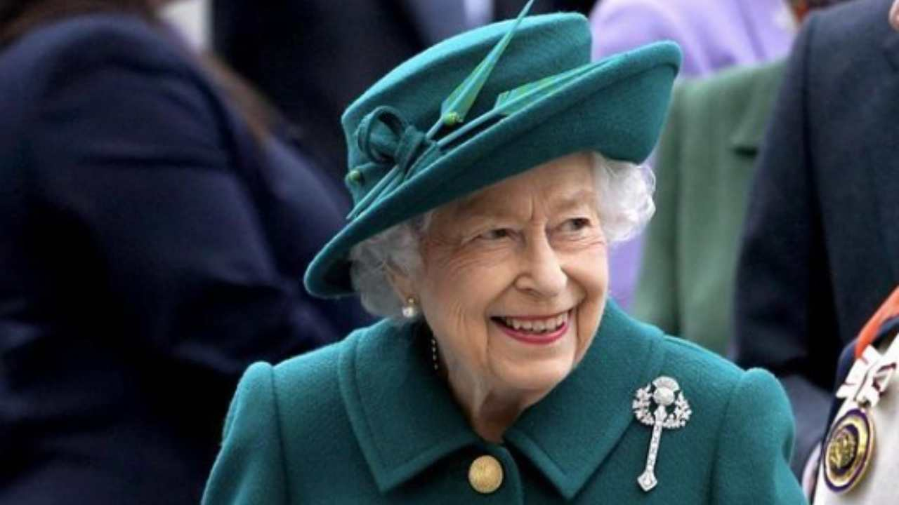 """La Regina Elisabetta rifiuta il premio, che 'oltraggio': """"Non può accettare"""""""