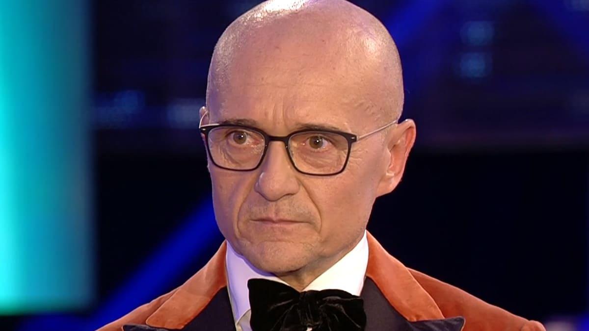 Alfonso Signorini pubblica su Chi una foto di Milly Carlucci e viene sommerso dalle critiche ma lui controbatte che …