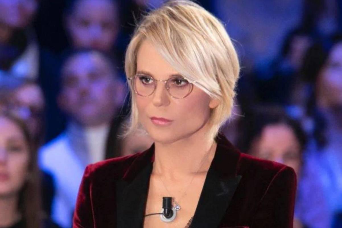 """Maria de Filippi choc, la confessione bollente del collega: """"Fa maialate, ecco cosa combina"""" Fan senza parole"""